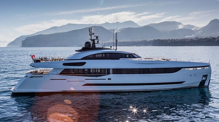 Гибридная супер-яхта Divine примет участие в бот-шоу в Монако